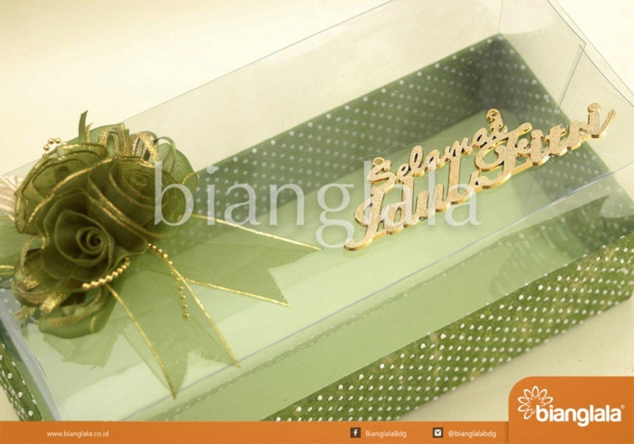 gift box hijau polka dot