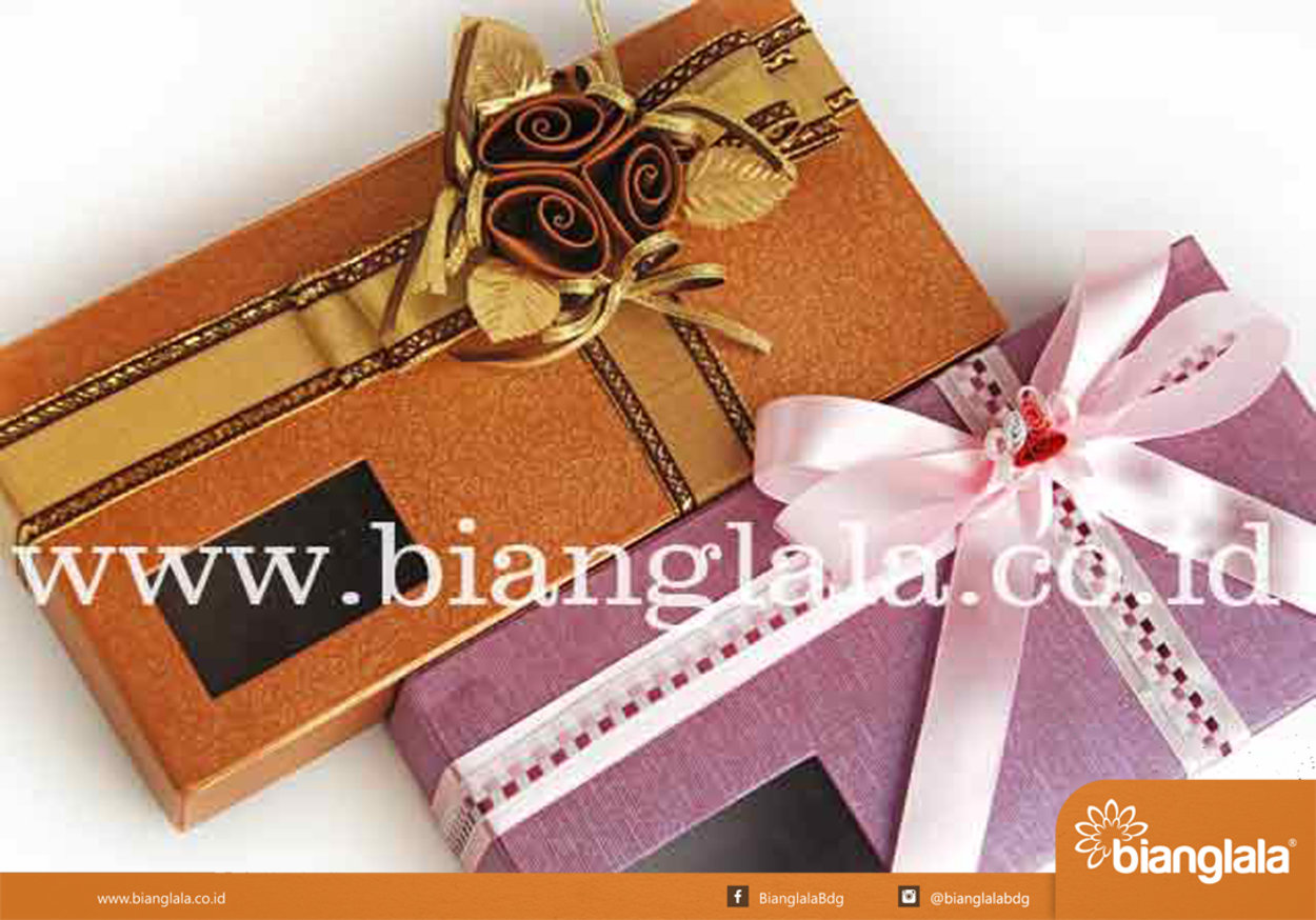 gift box persegi coklat ungu